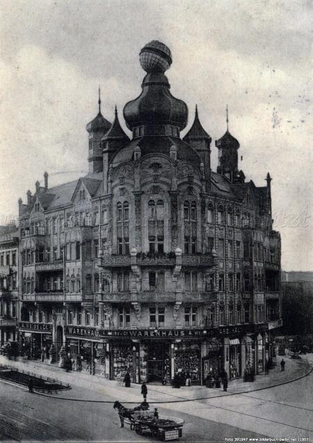 Warenhaus A. Weiss, Schöneberg, 1907. Das Haus steht noch und ist ein lohnendes Objekt um die Verschandelung von Bauwerken zu studieren.